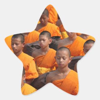 Pegatina En Forma De Estrella Grupo grande de monjes Meditating