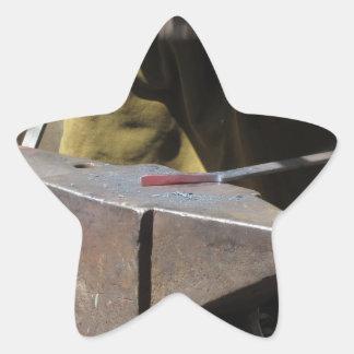 Pegatina En Forma De Estrella Herrero que forja manualmente el metal fundido