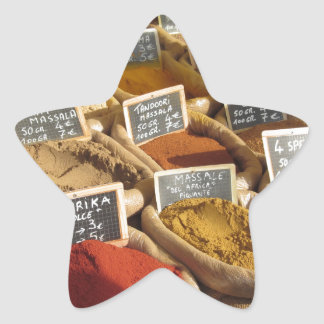 Pegatina En Forma De Estrella Las especias coloridas en yute empaquetan en el