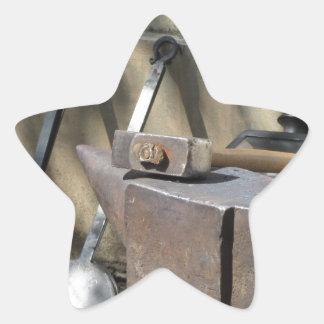 Pegatina En Forma De Estrella Martillo del herrero que descansa sobre el yunque