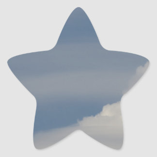 Pegatina En Forma De Estrella Nubes blancas suaves contra fondo del cielo azul