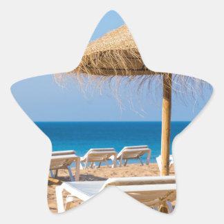 Pegatina En Forma De Estrella Parasol de mimbre con la playa beds.JPG