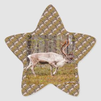 Pegatina En Forma De Estrella Reno que camina en bosque