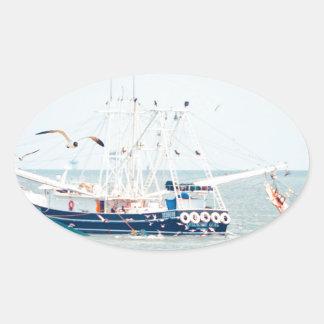 Pegatina Ovalada Barco azul del camarón en el océano