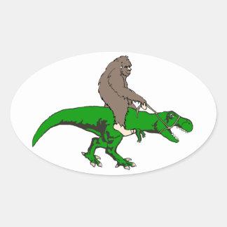Pegatina Ovalada Bigfoot que monta T Rex