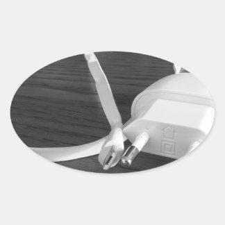 Pegatina Ovalada Cargador blanco del smartphone en la tabla de