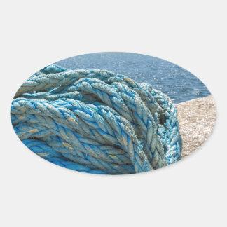 Pegatina Ovalada Cuerda azul en espiral del amarre en el agua en la