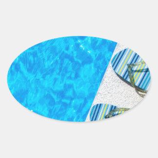Pegatina Ovalada Dos deslizadores de baño en el borde de la piscina
