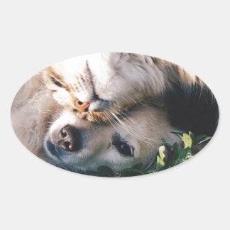 Pegatina Ovalada El perro ama el gatito