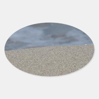 Pegatina Ovalada El primer de la playa de la arena con el mar