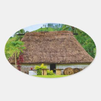 Pegatina Ovalada Fijian tradicional Bure, pueblo de Navala, Fiji