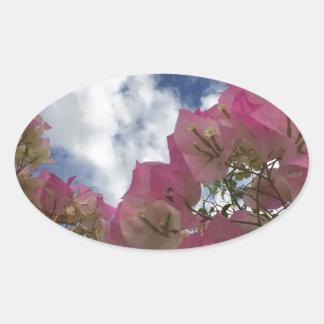 Pegatina Ovalada flores rosadas contra un cielo azul