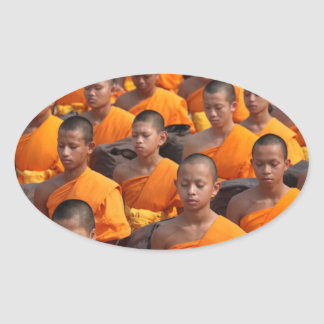 Pegatina Ovalada Grupo grande de monjes Meditating