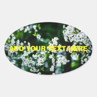Pegatina Ovalada Hojas blancas del verde de las flores de cerezo