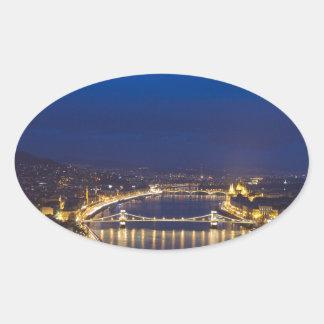 Pegatina Ovalada Hungría Budapest en el panorama de la noche