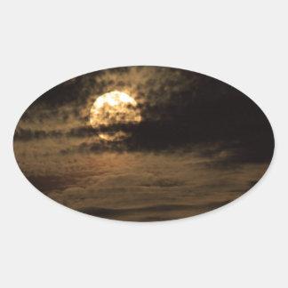 Pegatina Ovalada Luna Llena de noviembre que oculta en las nubes