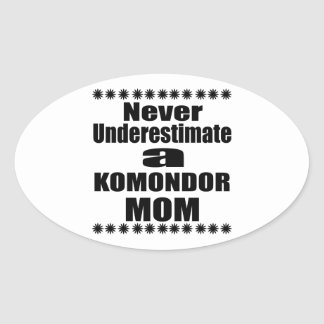 Pegatina Ovalada Nunca subestime a la mamá de KOMONDOR