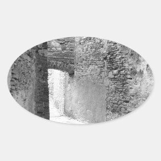 Pegatina Ovalada Pasillos oscuros de una vieja estructura del