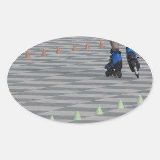 Pegatina Ovalada Piernas del individuo en patines en línea.
