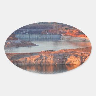 Pegatina Ovalada Presa y puente en la salida del sol