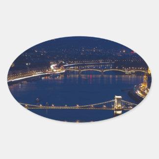 Pegatina Ovalada Puente de cadena Hungría Budapest en la noche