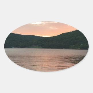 Pegatina Ovalada Puesta del sol en el agua