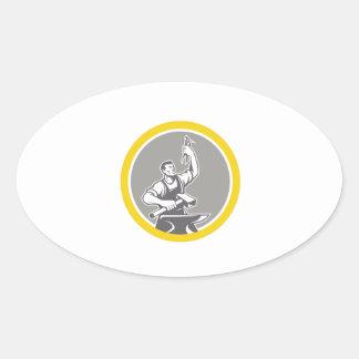 Pegatina Ovalada Trabajador del herrero que lleva a cabo el círculo