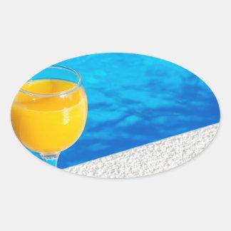 Pegatina Ovalada Vidrio con el zumo de naranja en el borde de la