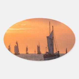 Pegatina Ovalada Windjammer en luz de la puesta del sol