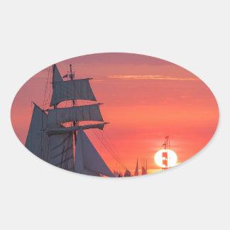 Pegatina Ovalada Windjammer en puesta del sol en el mar Báltico