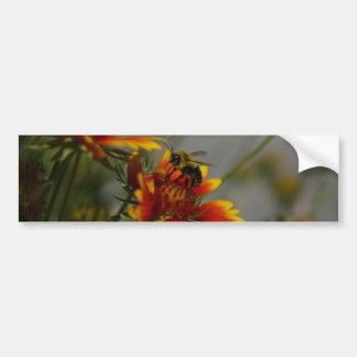 Pegatina Para Coche Abeja que forrajea en una flor