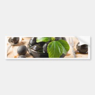Pegatina Para Coche Aceitunas negras en una tabla y las tazas del