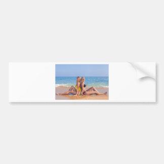 Pegatina Para Coche Dos chicas se sientan en la playa cerca de sea.JPG