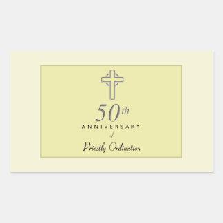 Pegatina Rectangular 50.o Aniversario del sacerdote con la cruz grabado