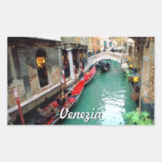 Pegatina Rectangular Góndolas en un pequeño canal en Venecia