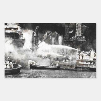 Pegatina Rectangular Marineros que luchan los fuegos en a bordo