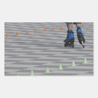 Pegatina Rectangular Piernas del individuo en patines en línea.