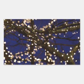 Pegatina Rectangular Ramas con luces de navidad y un cielo azul marino