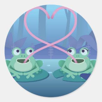 Pegatina Redonda amantes de la rana del día de San Valentín