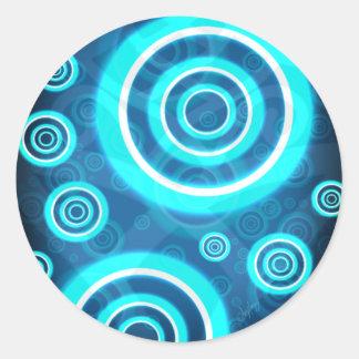 Pegatina Redonda Anillos cósmicos que brillan intensamente del azul