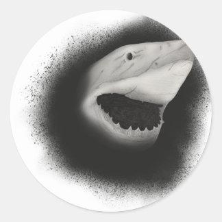 Pegatina Redonda Ataque entintado del tiburón
