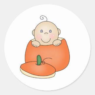 Pegatina Redonda Bebé blanco en calabaza