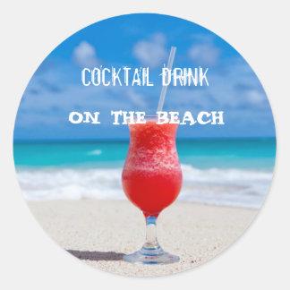 Pegatina Redonda Bebida del cóctel en la playa