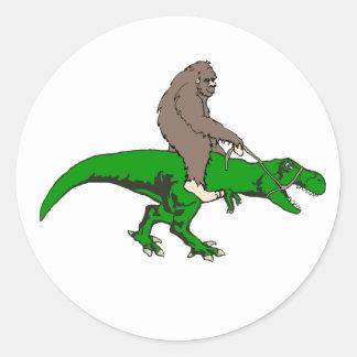 Pegatina Redonda Bigfoot que monta T Rex