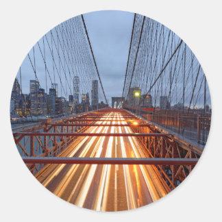 Pegatina Redonda Brooklyn bridge a la caída de la tarde