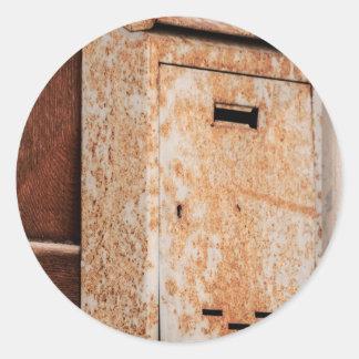 Pegatina Redonda Buzón oxidado al aire libre