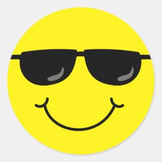 Pegatina Redonda Cara sonriente fresca con las gafas de sol