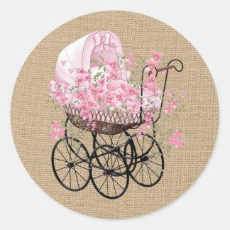 Pegatina Redonda Carro de bebé del vintage en la falsa arpillera