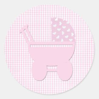 Pegatina Redonda Carro rosado bonito del vintage de la niña