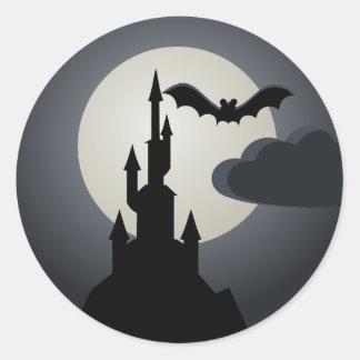 Pegatina Redonda Casa encantada fantasmagórica de Halloween en la